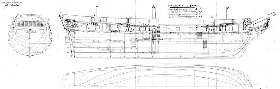 """תוכניות מקוריות של גוף פריגטה בריטית קטנה מתקופת מלחמות נפוליאון, משלושה הבטים שונים. ההבט הצידי מראה חלק מן הסידור הפנימי, ומדגים את המבנה הטיפוסי של """"פריגטה אמיתית"""". סיפון התותחים ניכר ב-12 אשנבי תותחים מרובעים לכל אורך הספינה. פריגטה זו הייתה חמושה בסוללה עיקרית של 12 תותחי 8-ליטראות מכל צד. מתחת לסיפון התותחים נמצא סיפון הצוות, שאינו מצויד באשנבי תותחים בהתאם להגדרתה של פריגטה אמיתית, אך נראים בו מספר גרמי מדרגות ששימשו לירידה אליו מן הסיפון העליון. חלקם התחתון של שלושת התרנים (מלמעלה) ושל מוט החרטום (מימין) נראה בשרטוט, אך לא מוצגת בו תוכנית המפרשים."""
