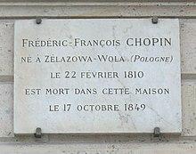 """Place Vendôme. Gedenktafel an der Nummer 12 mit dem falschen Geburtsdatum. """"Frédéric-François Chopin, geboren in Żelazowa-Wola (Polen) am 22. Februar 1810, ist in diesem Haus am 17. Oktober 1849 gestorben."""" (Quelle: Wikimedia)"""