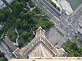 Pohled z vrcholu Eiffelovy věže na její západní nohu.JPG