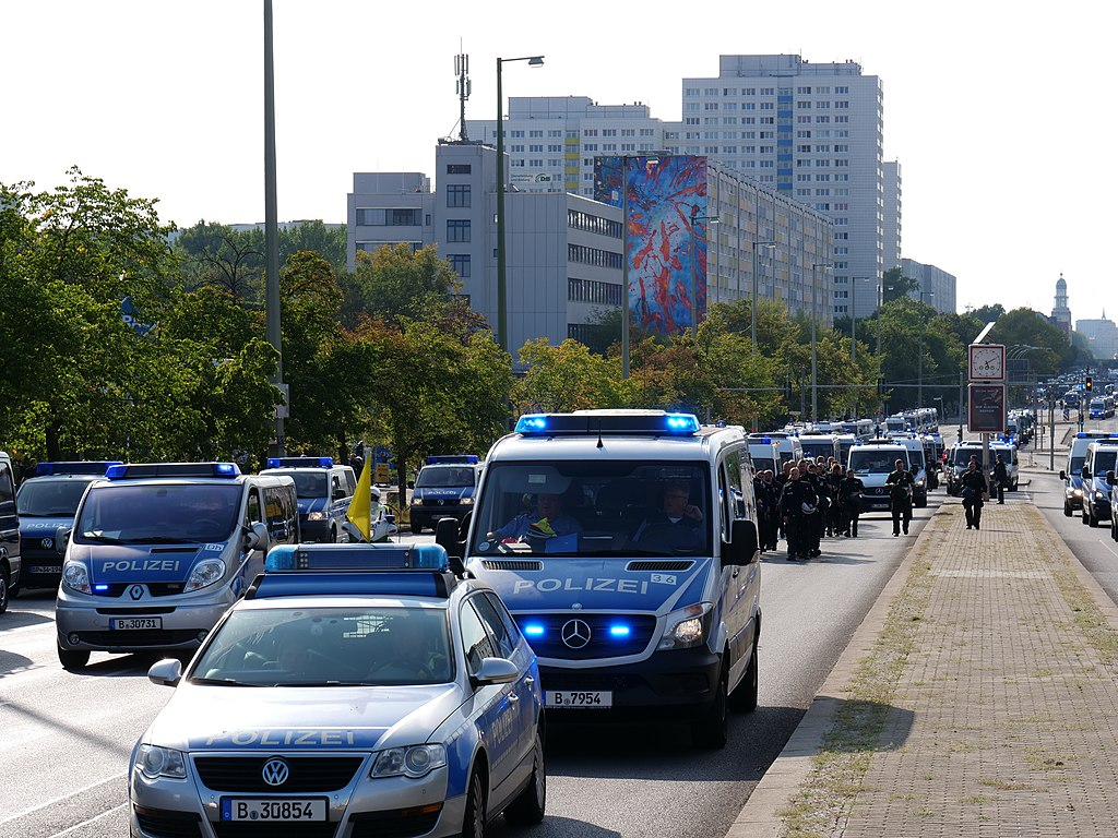 "Police on the Lichtenberger Brücke in Berlin in front of the ""Heß-Marsch"" Demonstration 01.jpg"