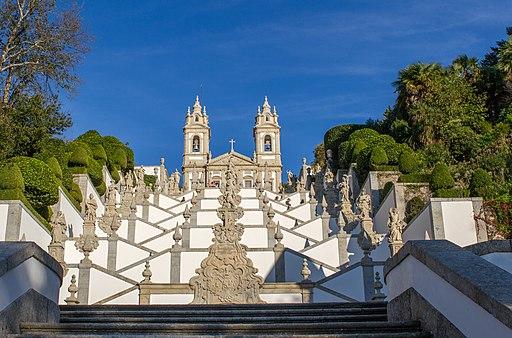 Blick auf die Treppenanlage am Fuße der Wallfahrtskirche Bom Jesus do Monte. UNESCO-Welterbe in Portugal