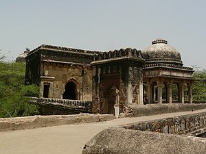 Rajon Ki Baoli - Image: Rajon ki Baoli tomb, mosque and entrance gateway 1
