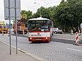 Reko TT Prašný most - Vítězné náměstí, bus na přejezdu.jpg