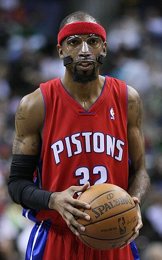 Richard Hamilton (basketball) - Hamilton wearing his distinctive protective face-mask