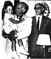 Roberto Noble con su hija y Frondizi.jpg