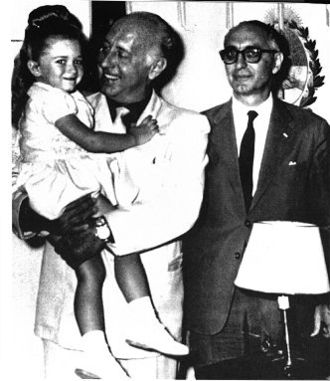 Roberto Noble - Noble holds his daughter, Guadalupe, during a visit to President Arturo Frondizi.