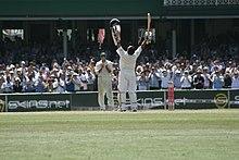 Photographie représentant Sachin Tendulkar célébrant un century, prise en 2008.