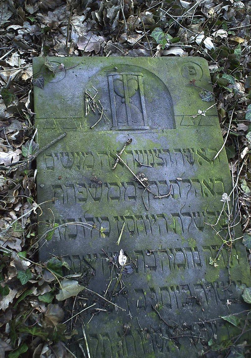 Sandglass on gravestone Skwierzyna.JPG