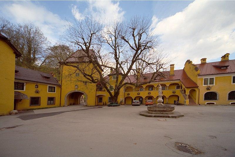 Datei:Schloss Glanegg Maierhof 01.jpg