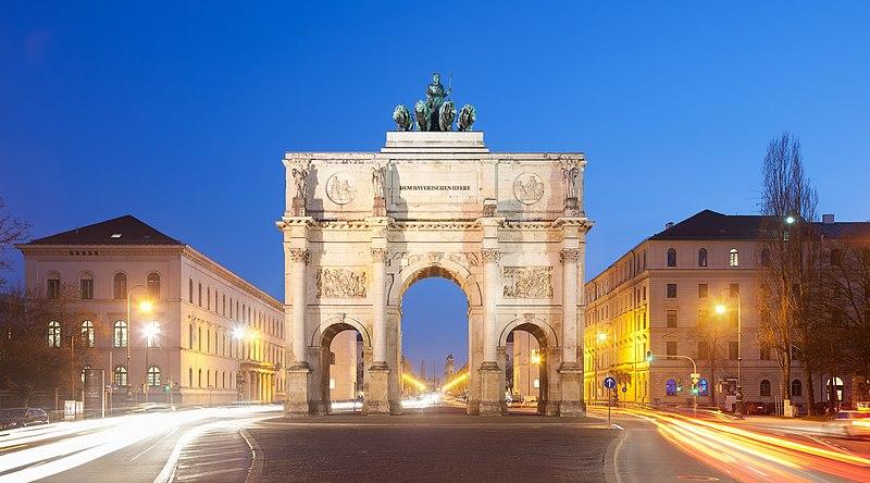 File:Siegestor München abends.jpg