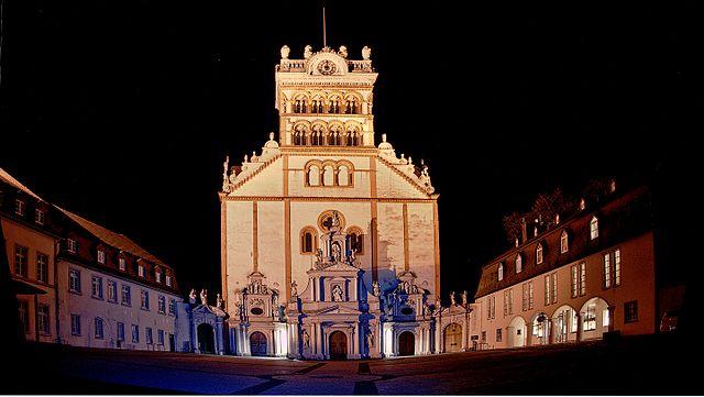 https://upload.wikimedia.org/wikipedia/commons/thumb/9/91/St.Matthias_in_TrierAussen_Nachts.jpg/640px-St.Matthias_in_TrierAussen_Nachts.jpg