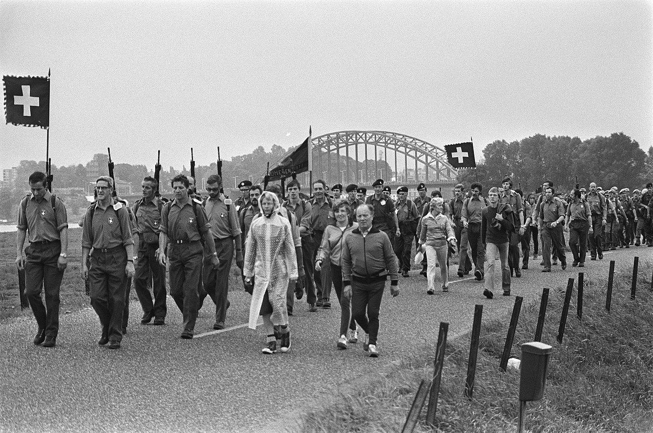 Start 61e vierdaagse van Nijmegen militairen wandelend, Bestanddeelnr 929-2743.jpg