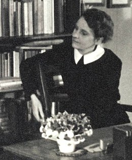 Sylvia Beach at Shakespeare & Co Paris 1920.jpg