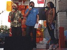 Giorgia Surina (a destra) e Federico Russo (al centro) alla conduzione di TRL nel 2004, assieme all'ospite Francesco Renga (a sinistra).