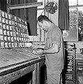 Tel Aviv. Typograaf aan het werk met zetsels voor het dagblad Dawar (Davar), Bestanddeelnr 255-1867.jpg