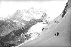 Tom Frost - Alpinisti sul Kangtega - 1986.jpg