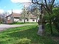 Tuklaty, Na Valech čp. 20 a kříž pod zvonicí.jpg