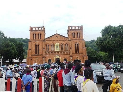 Une foule devant la Cathédrale de Bangui, le 7 mai 2018