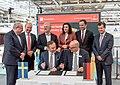 Unterzeichnung des Partnerlandvertrags 2019 mit Schweden durch Fredrik Fexe und Marc Siemering auf der Hannover Messe 2018 01.jpg