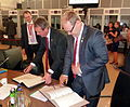 Välisminister Urmas Paet ja Läti välisminister Girts Valdis Kristovskis kirjutasid Budapestis alla ka Eesti ja Läti vahelise salastatud teabe vahetamise ja vastastikuse kaitse kokkuleppele. 7. juuni 2011 (5807463357).jpg