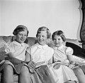 V.l.n.r. Prinses Benedikte, Prinses Margrethe en Prinses Anne Marie met een boek, Bestanddeelnr 252-8647.jpg