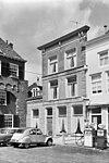 foto van Huis dat in het derde kwart der 19e eeuw een gepleisterde lijstgevel met vijf consoles onder de kroonlijst verkreeg