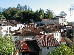 Aubeterre-sur-Dronne - Limestone cliffs overlooking the village rooftops