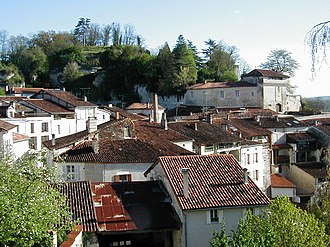 Aubeterre-sur-Dronne - Limestone cliffs overlooking the village rooftops