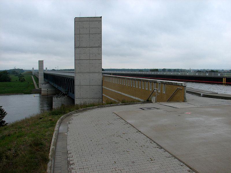 File:Wasserstrassenkreuz Magdeburg oben und unten.JPG