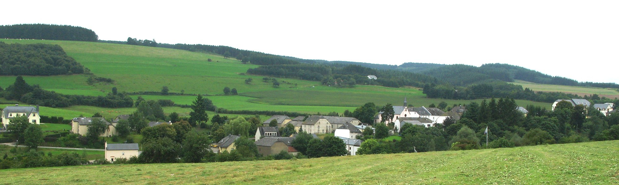 Le village luxembourgeois de Winseler vu des hauteurs du Schëllerfeld