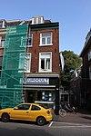 foto van Pand van drie bouwlagen, met zadeldak loodrecht op de straat