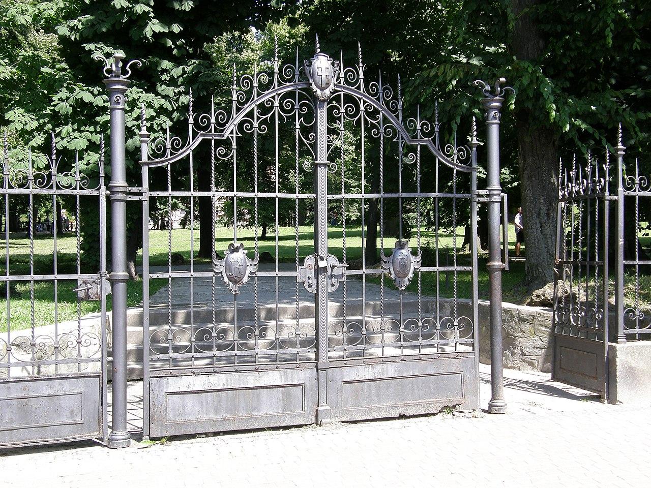 Ланьцутский дворец - zachodnia brama do parku.jpg
