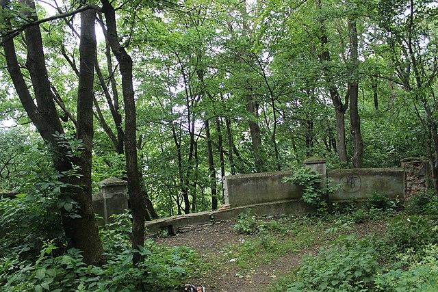 Зруйнована ділянка оглядової тераси, Кам'янець-Подільський. Автор фото — Сарапулов, ліцензія CC-BY-SA-4.0