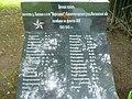 Отдельная мемориальная плита у памятника на братской могиле.jpg