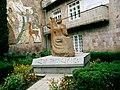 Վանաձորի մանկավարժական ինստիտուտ, Մհեր Մկրտչյանի արձանը Vanadzor State Pedagogical University 03.jpg