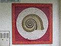 1210 Langfeldgasse 16 - Stg 37 - Großfeldsiedlung - Hauszeichen-Mosaik Schnecke (2) von Gerhard Wind IMG 3429.jpg