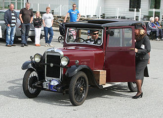 Singer Motors - Image: 1931 Singer Junior Saloon 8 HP, Owner Kjartan Meyer who wears period attire and picks up lady companion dressed in style as well IMG 9333