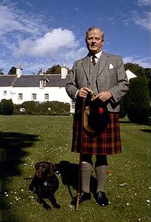 f3d9bc09004f9 رجل اسكتلندي يرتدي زي الإزار الاسكتلندي التقليدي