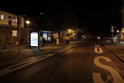 Abfahrts-Bushaltestelle Aixer Straße bei Nacht (2018).jpg