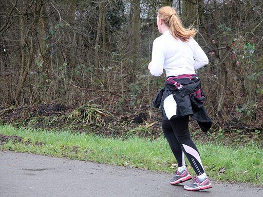 Achterzijde hardlopende vrouw