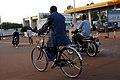 Adulte à vélo vêtu de costume1.jpg