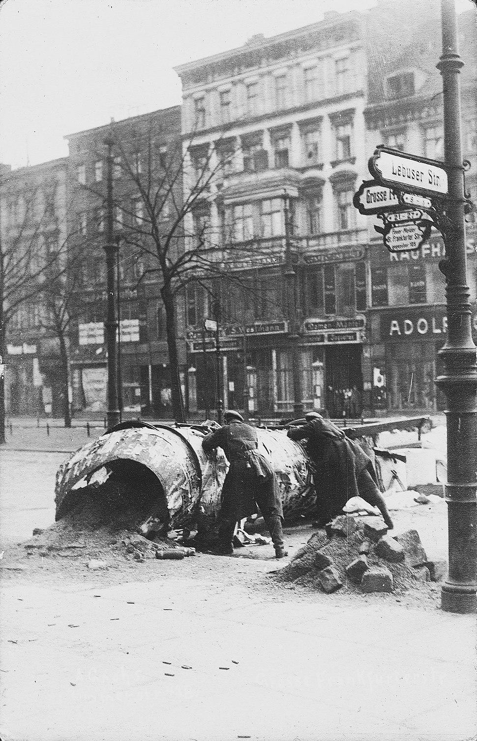 Alfred Grohs zur Revolution 1918 1919 in Berlin Große Frankfurter Straße Ecke Lebuser Straße Barrikade Kampf während der Novemberrevolution in Berlin 02 Bildseite Schaulustige