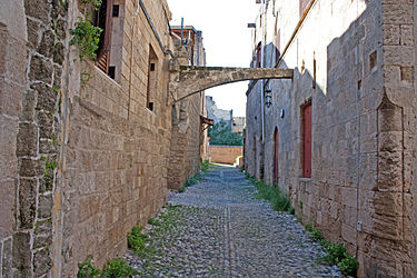 Alley in Medieval Rhodes 2010 3.jpg