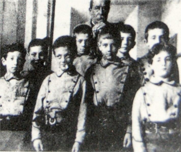 File:Amedeo-modigliani-2-as-school-boy-fisrtline-in-right.jpg