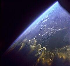 Vue de la Terre et son atmosphère.