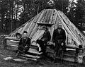 Anton Norsas gamme bygget 1915, tre personer ved inngangen til gammen. Abraure 1948 - Norsk folkemuseum - NF.05116-047.jpg