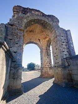 Arco romano de Cáparra en Oliva de Plasencia (Cáceres).jpg
