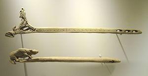 photographie représentant deux propulseurs décorés par sculpture et gravure. Propulseurs du magdalénien