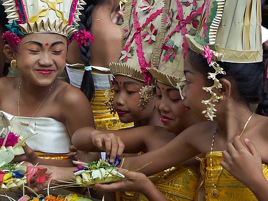 Bali_Odalan_celebration_in_Pura_Kehen_Bangli_temple,_dancing_girls.jpg