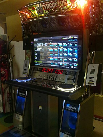 File:Beatmania IIDX DJTroopers cabinet.jpg - Wikimedia Commons